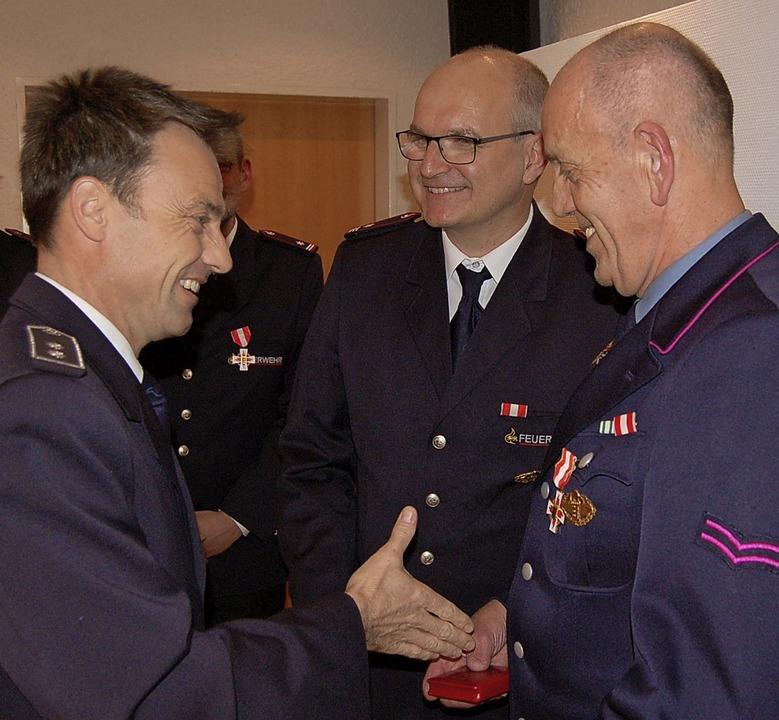 Edwin Rohrer (rechts) ist seit 40 Jahr... Mitte Kommandant Daniel Reichenbach.   | Foto: Christian Ringwald