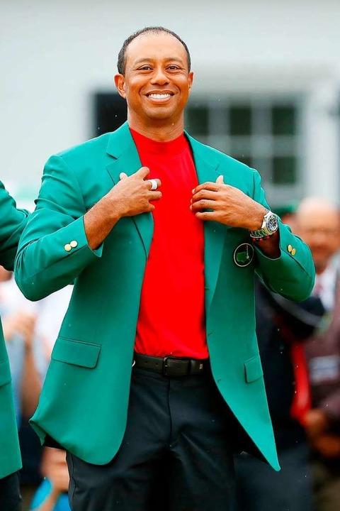 Und Woods im grünen Jackett  des Siegers  | Foto: AFP