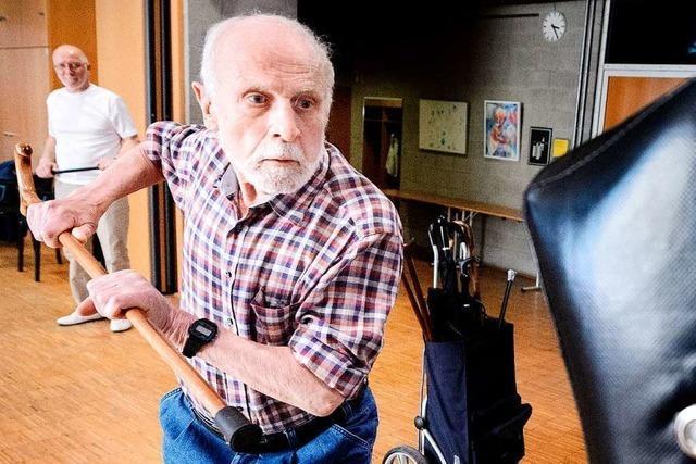 Krückstock als Waffe: Wie Senioren Selbstverteidigung üben können