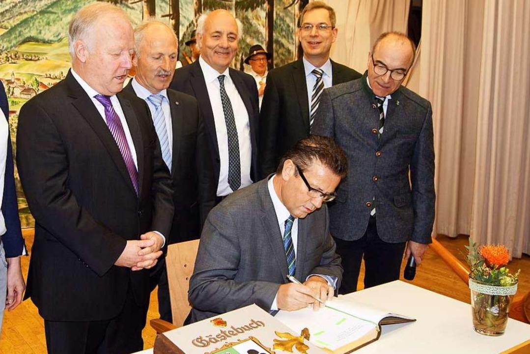 Der Minister trägt sich ins Goldene Buch der Stadt Elzach ein.  | Foto: Roland Gutjahr