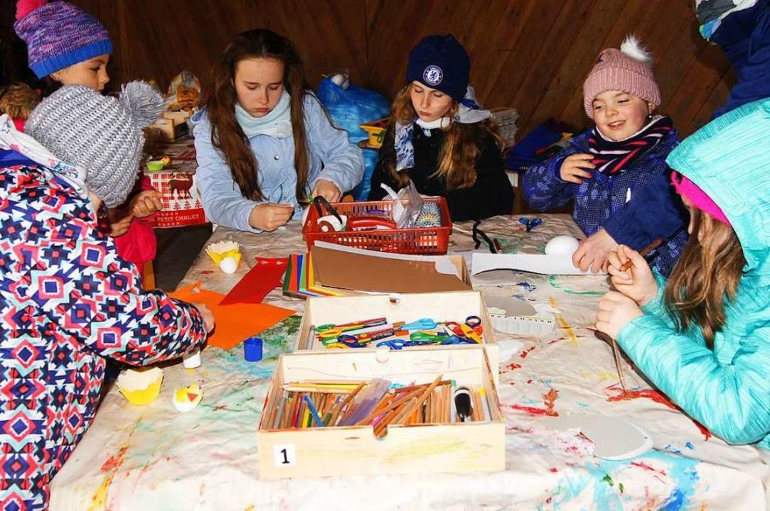 Kinder beim Basteln und Malen  | Foto: Roland Gutjahr