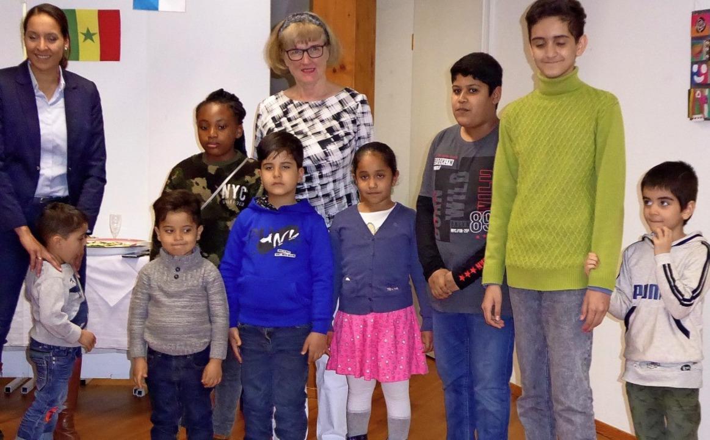 Carolin Wälz- Fabregon (links), Ingrid...tte) mit einigen der jungen Künstler.     Foto: Ute Kienzler