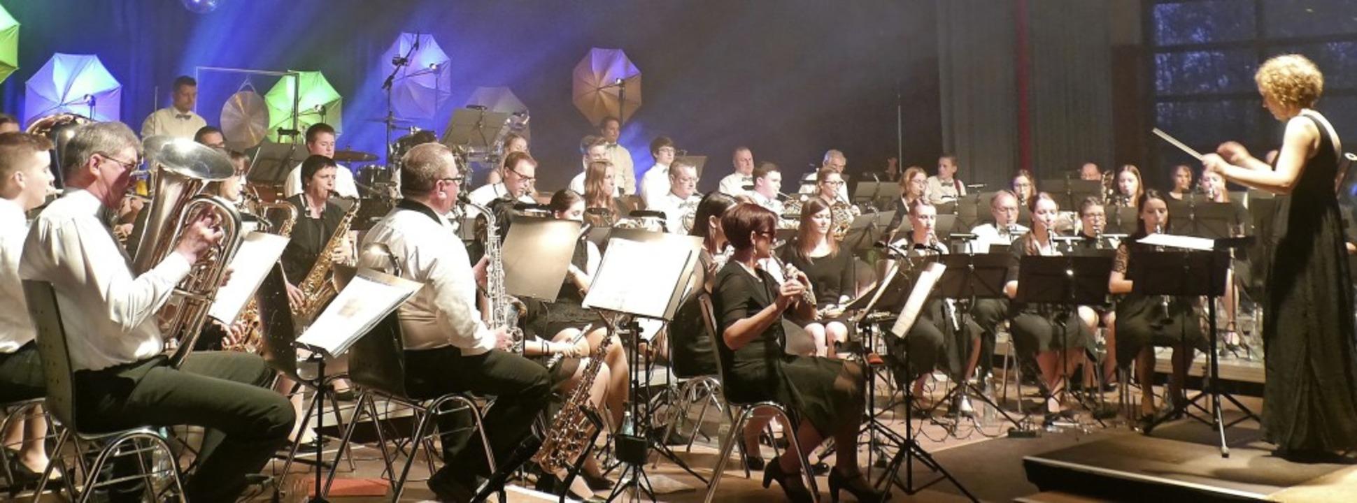 Lisa Kietz (rechts) vertrat die erkran...atja Wößner als musikalische Leiterin.    Foto: Christa Hülter-Hassler