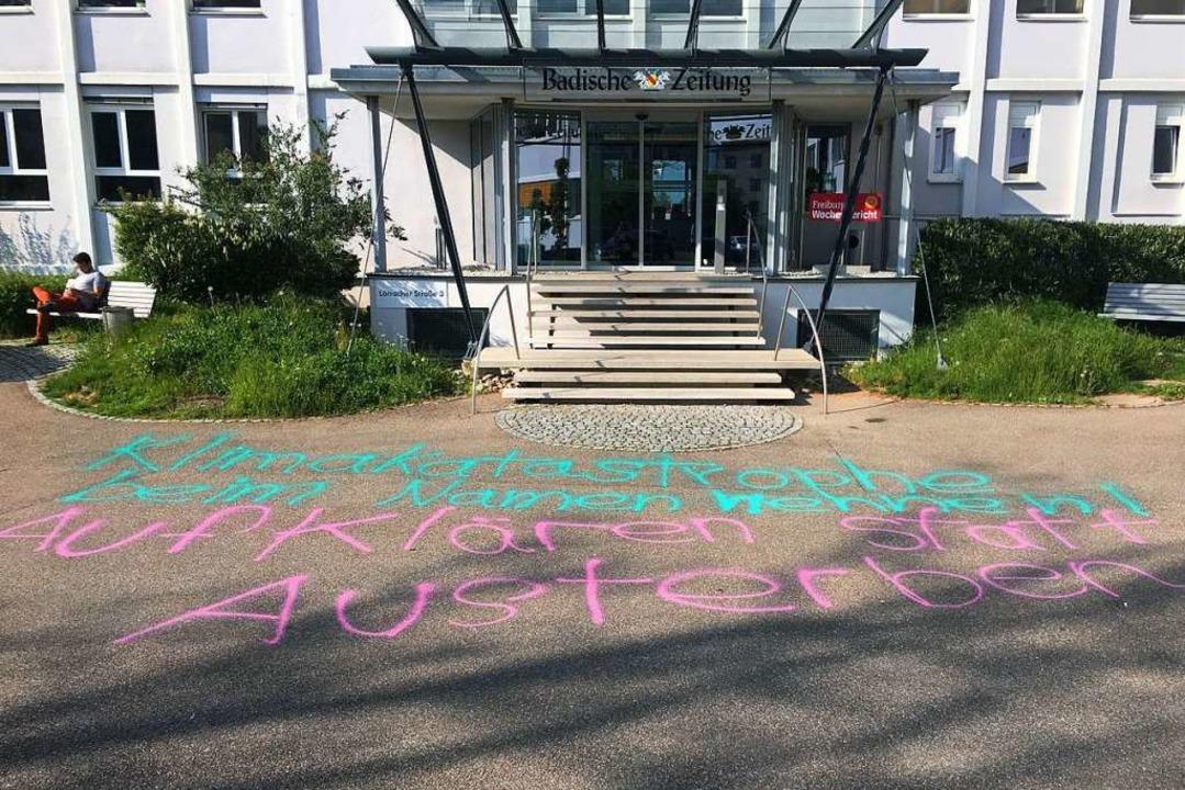 Diese Parole wurde vor den Eingang des Pressehauses gemalt.  | Foto: Konstantin Görlich