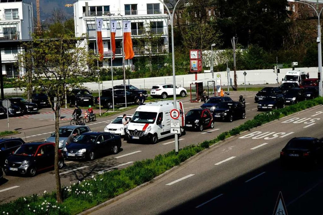 Der Verkehr staute sich, auch wenn die...mal wieder einzelne Autos durchließen.  | Foto: Wolfgang Grabherr
