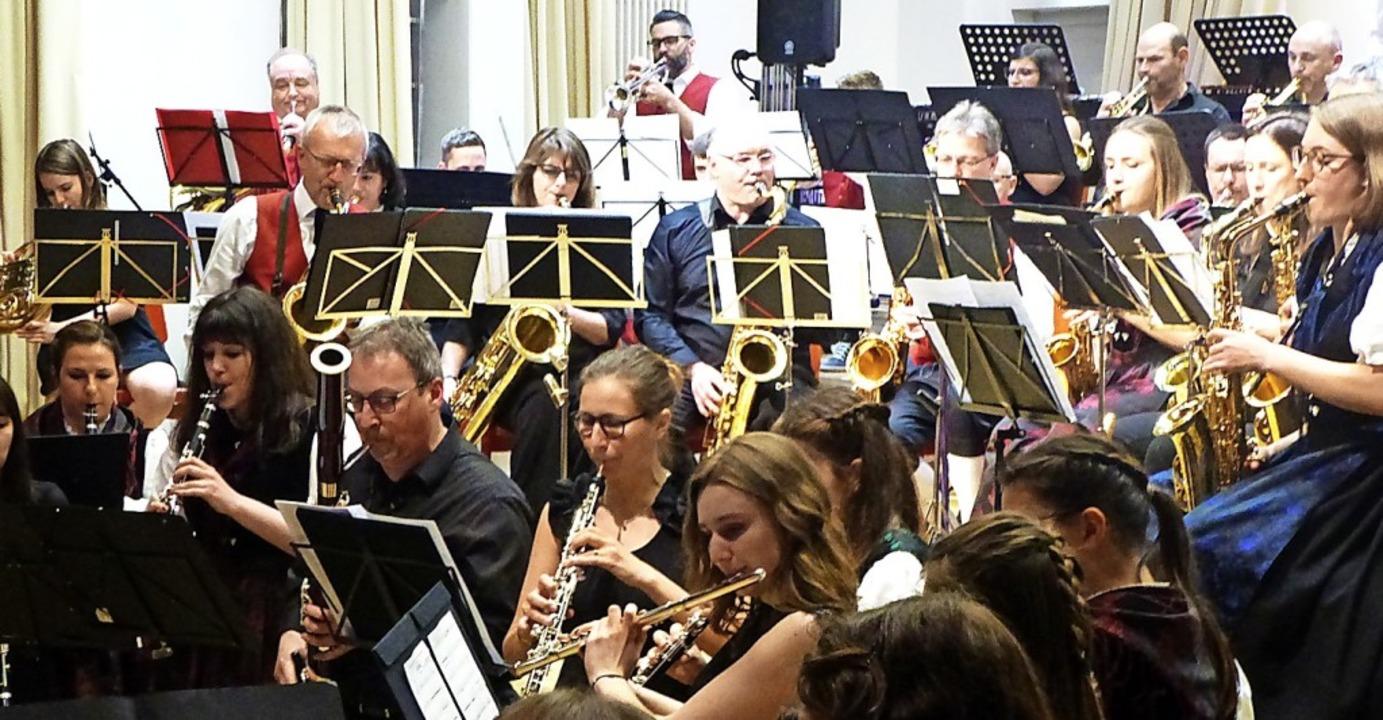Bunt gemischt: die Trachtenkapelle Bol...Concordia Sausheim beim großen Finale   | Foto: Anne Freyer