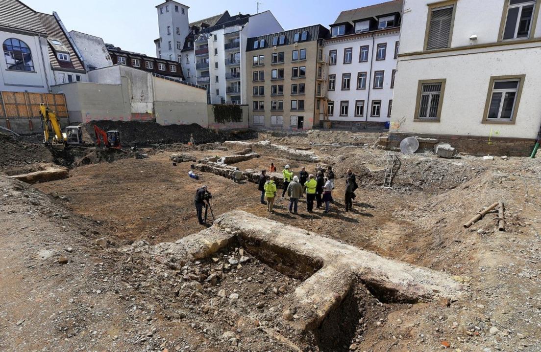 Hinter dem Amtsgericht wurden Mauern aus mehreren Jahrhunderten freigelegt.   | Foto: Thomas Kunz