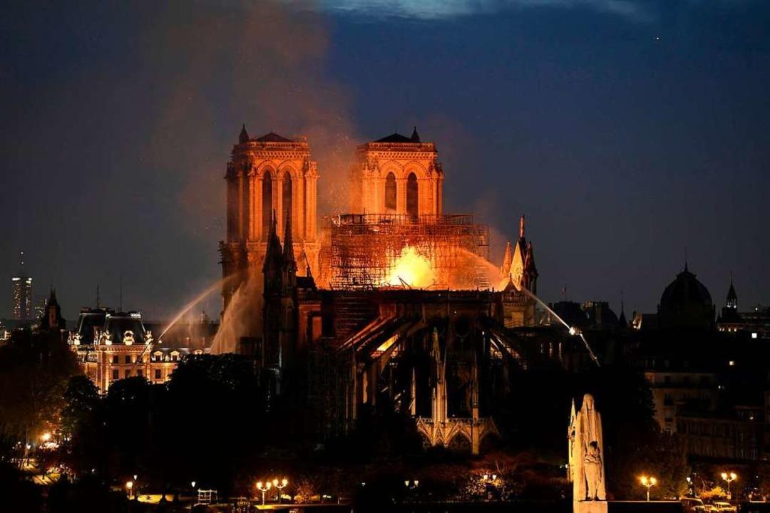 Die Feuerwehr ist seit dem frühen Aben... haben wird, ist noch nicht abzusehen.  | Foto: AFP