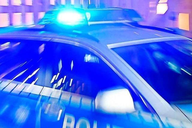Hubschrauber verfolgt Jugendliche, die Steine auf die Zuggleise legten