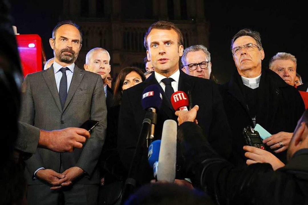 Emmanuel Macron gab noch in der Nacht ...rt sichtlich bewegt eine Erklärung ab.  | Foto: AFP