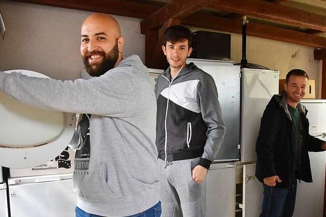 In einer Gundelfinger Werkstatt reparieren Flüchtlinge Elektro-Geräte