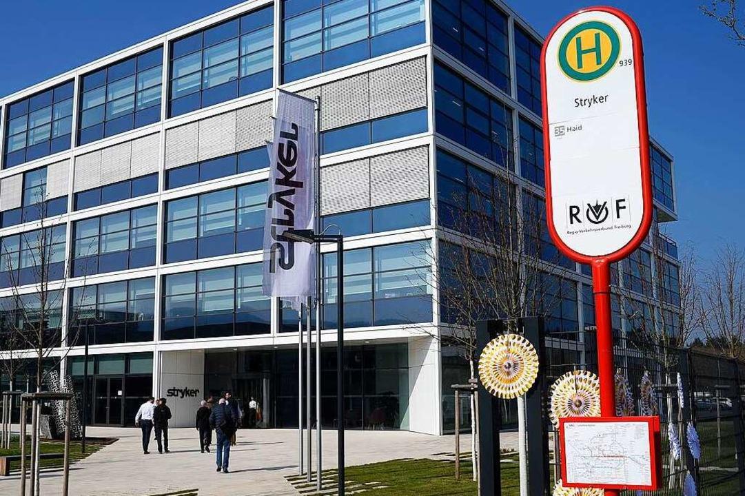 Nächster Halt: Stryker. Die Freiburger...uerdings Haltestellen-Namen an Firmen.  | Foto: Thomas Kunz