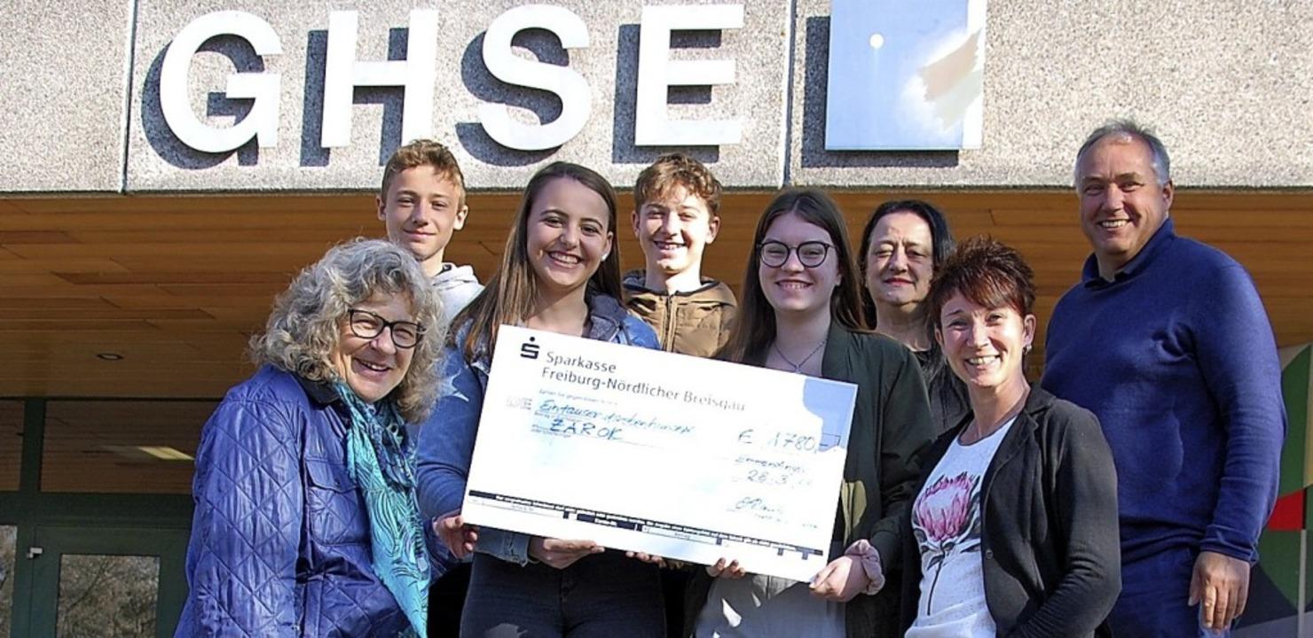 Spendenübergabe an Sigrid Leder-Zuther...orne) von der Hilfsorganisation Zarok.  | Foto: Schule