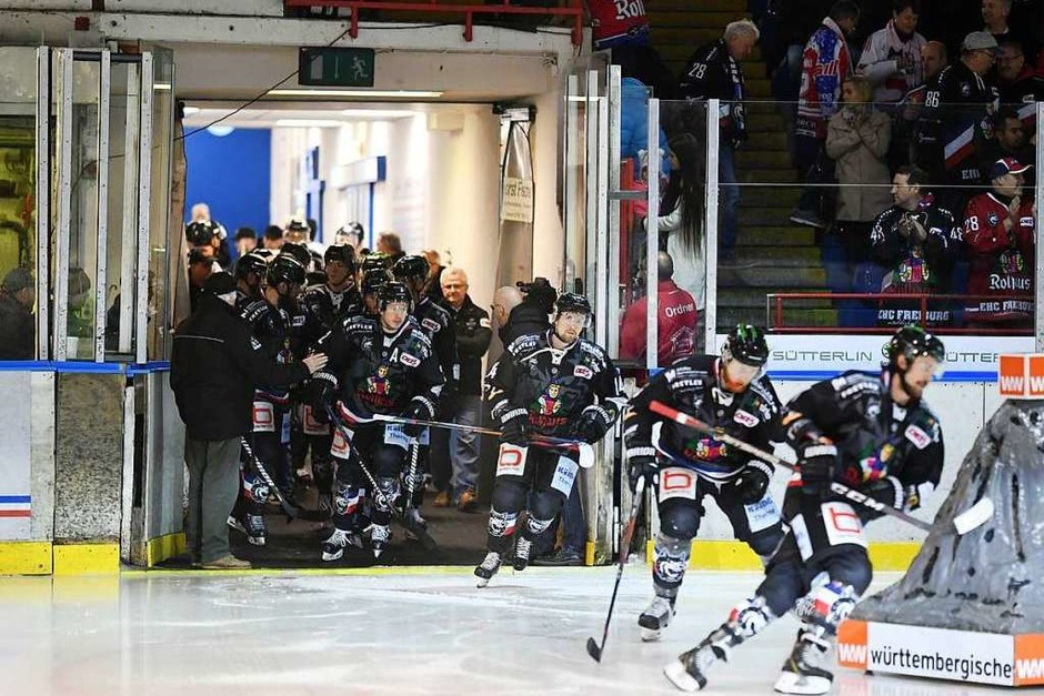 Los gehts: Wie ein wütender Hornissenschwarm schwärmten die Freiburger aufs Eis (Foto: Patrick Seeger)