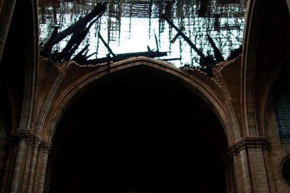 Die Kathedrale Notre-Dame wurde von den Flammen schwer beschädigt – im Inneren hat das Feuer aber weniger zerstört als zunächst befürchtet. Viele Menschen versammelten sich zu einer Kerzenlichtmahnwache an der Kathedrale. (Foto: AFP)
