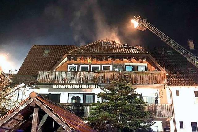 14 Menschen vor dem Feuer gerettet – Zwei Verletzte bei Hausbrand in Zell im Wiesental
