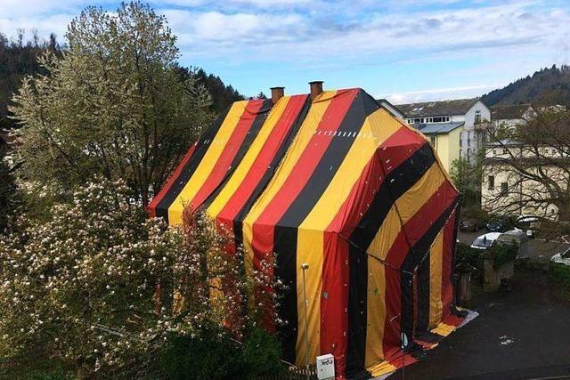 Bruderhaus in Waldkirch komplett in Schwarz-Rot-Gelb