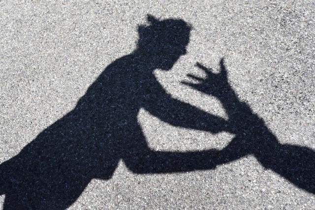 Frau wird durch Schlag auf den Kopf schwer verletzt