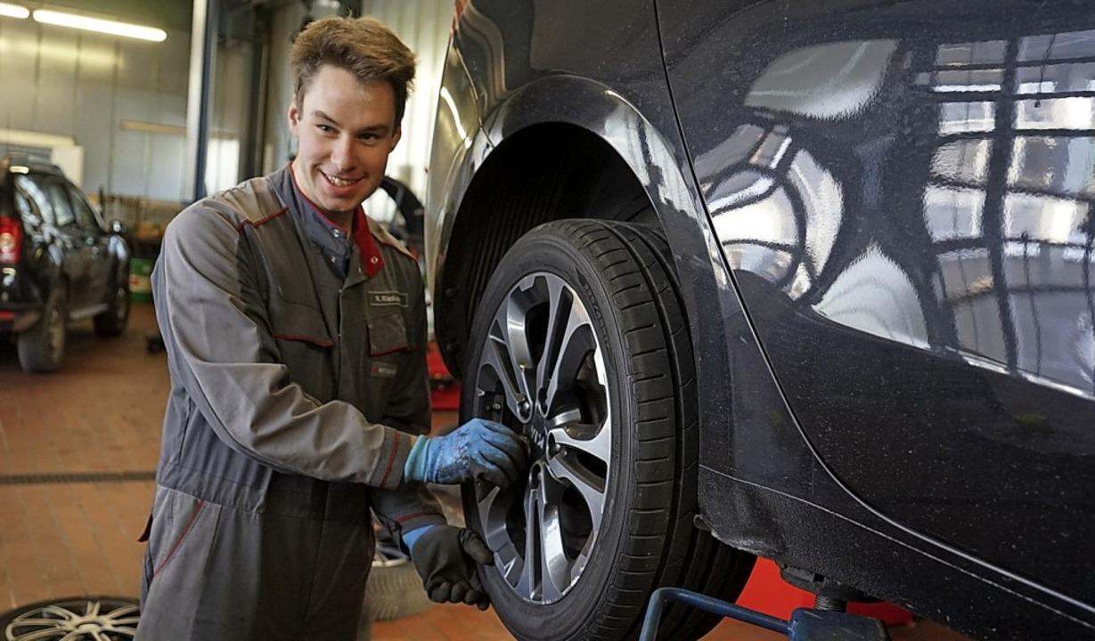Niko Riesterer vom Autohaus Schmidt in Bernau wechselt zurzeit ständig Reifen.   | Foto: Verena Wehrle