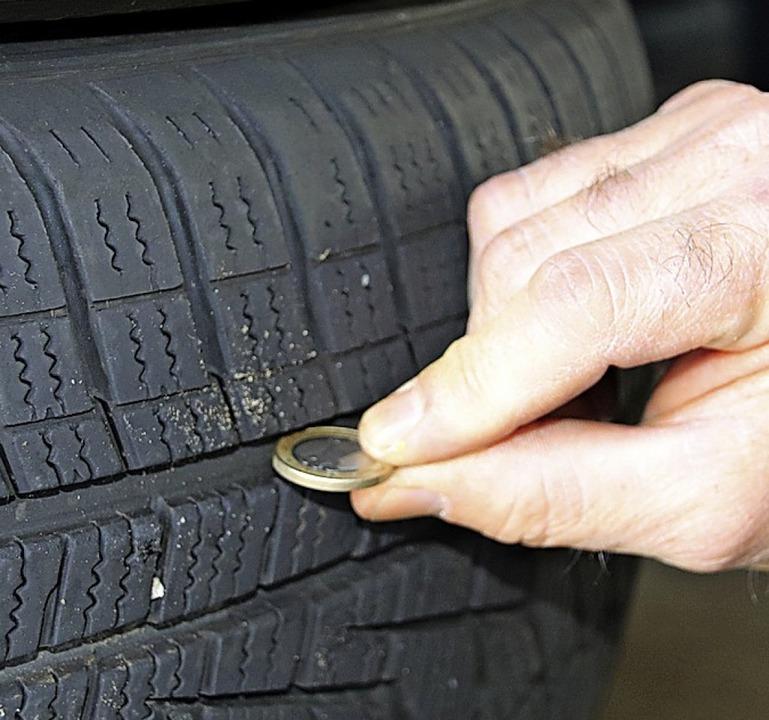 Kleiner Trick: Eine Ein-Euro-Münze kan...r Entscheidung für neue Reifen helfen.