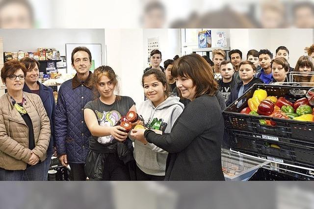 Schüler decken die Tafel und lernen den Sinn des Spendens kennen