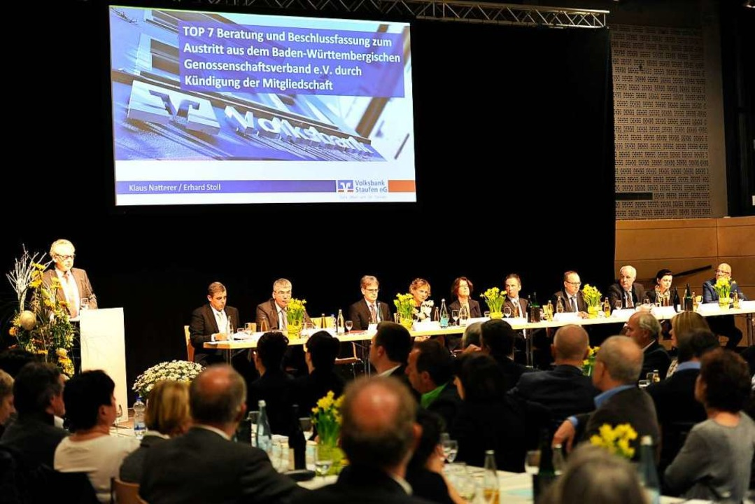 Vorstand, Aufsichtsrat und Berater sta...ssenschaftsmitglieder rede und Antwort  | Foto: Hans-Peter Müller