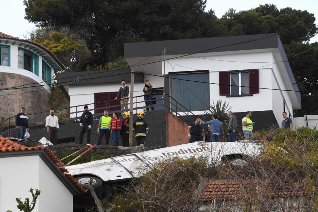 Bergungsarbeiten nach dem Busunglück auf Madeira.  | Foto: AFP