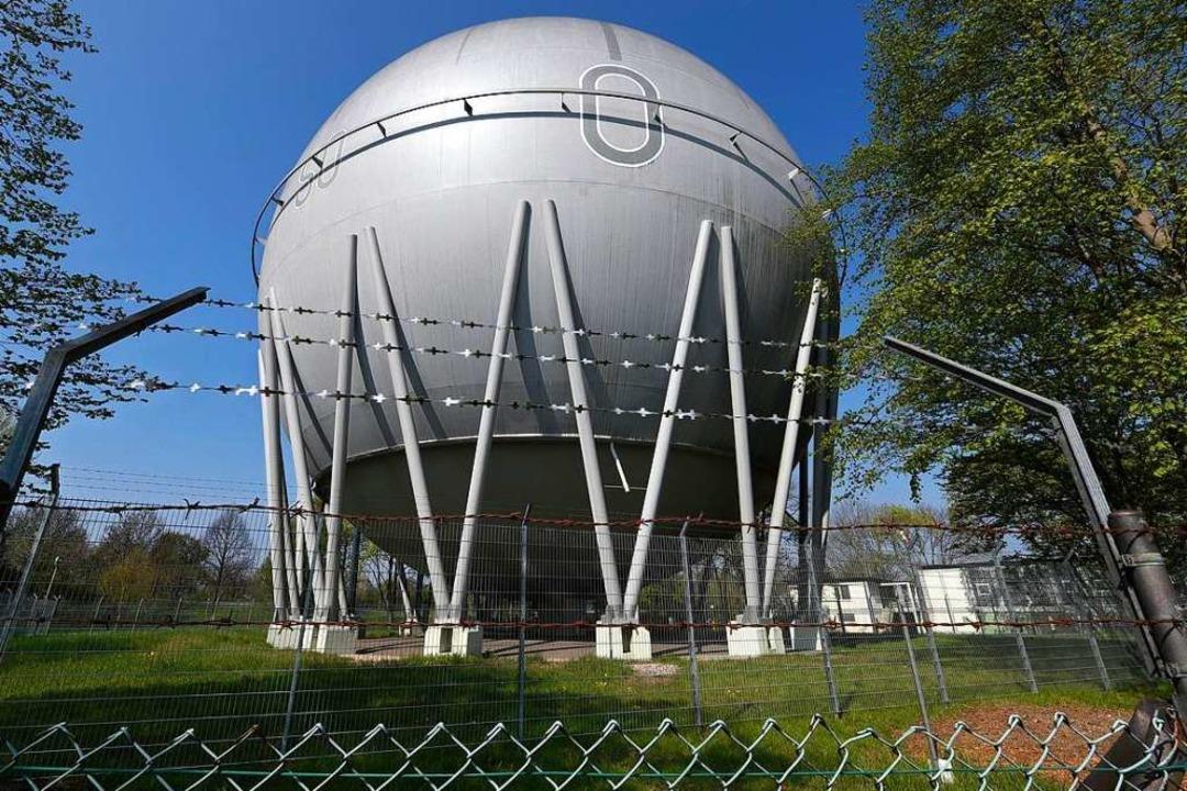 Die Gaskugel in Betzenhausen gehört zu...mals Rhodia) im Industriegebiet Nord.     Foto: Thomas Kunz