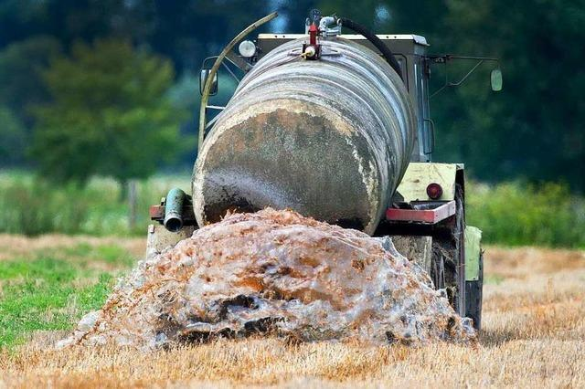 Elfjähriger mit Traktor und Güllefass unterwegs