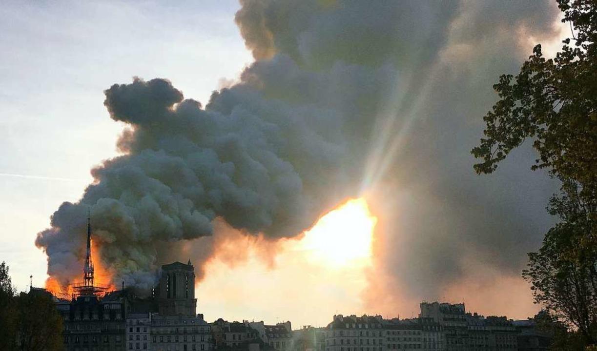 Eine Rauchsäule wie aus einem Actionfi...s brennende Gotteshaus am Montagabend.  | Foto: dpa