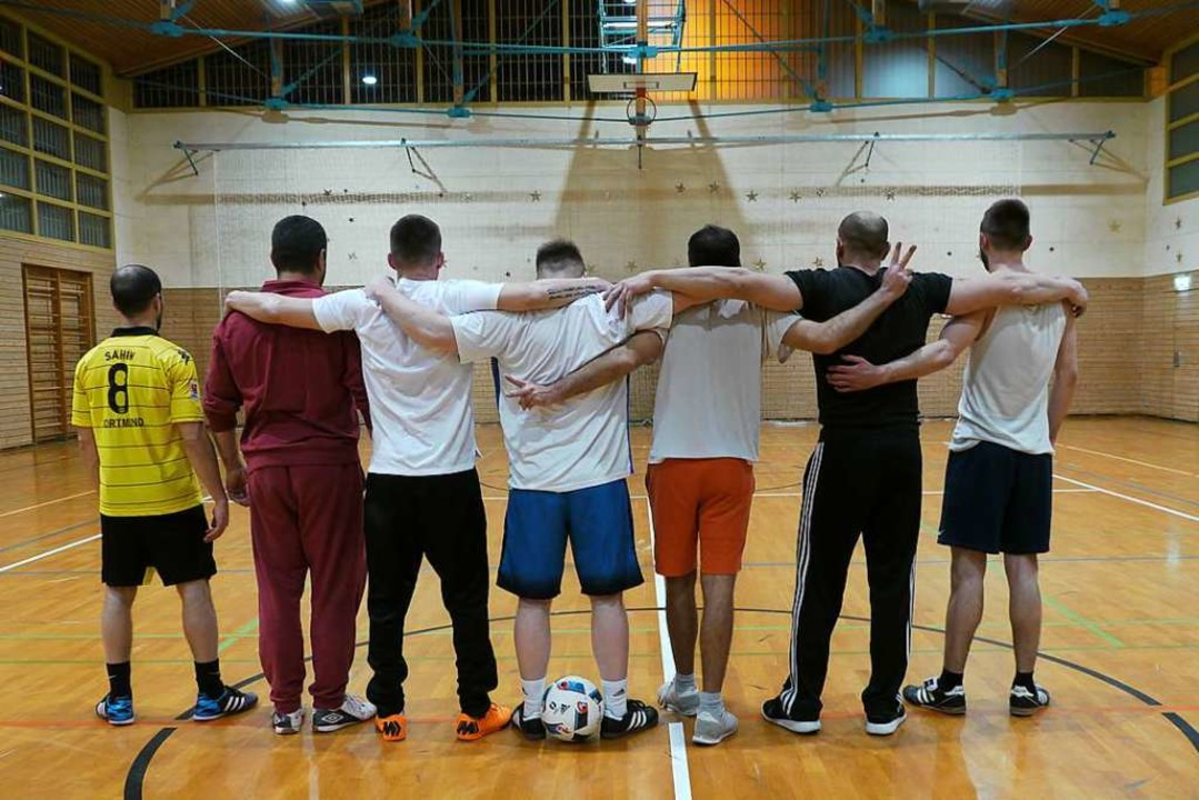 Sieben von 30 Häftlingen, die am Fußba...to in der Sporthalle der JVA Freiburg.  | Foto: David Weigend