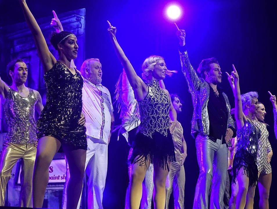 Mit dynamischen Tanzszenen im Discoloo...ück ins ausverkaufte  Gloria-Theater.   | Foto: Roswitha Frey