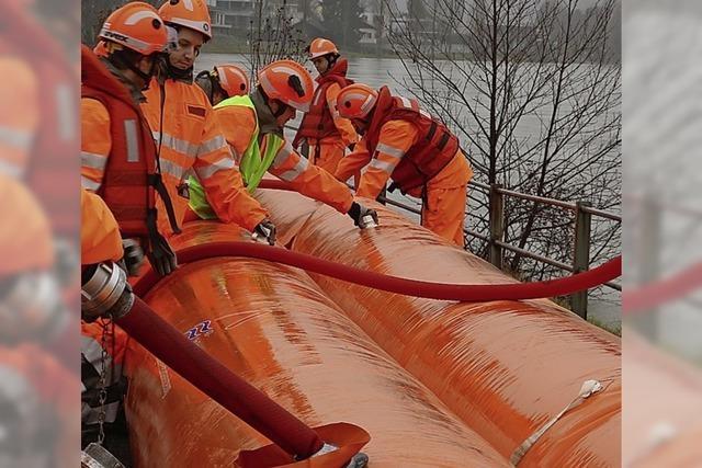 Ein Damm soll die orangen Schläuche ersetzen
