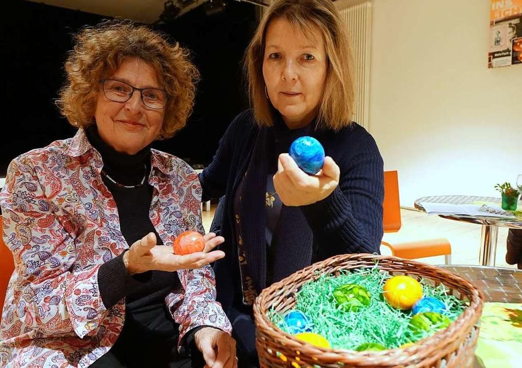 Brigitte Wittkämper (links) und Susann...r, österliche Geschichten rund ums Ei.  | Foto: Roswitha Frey