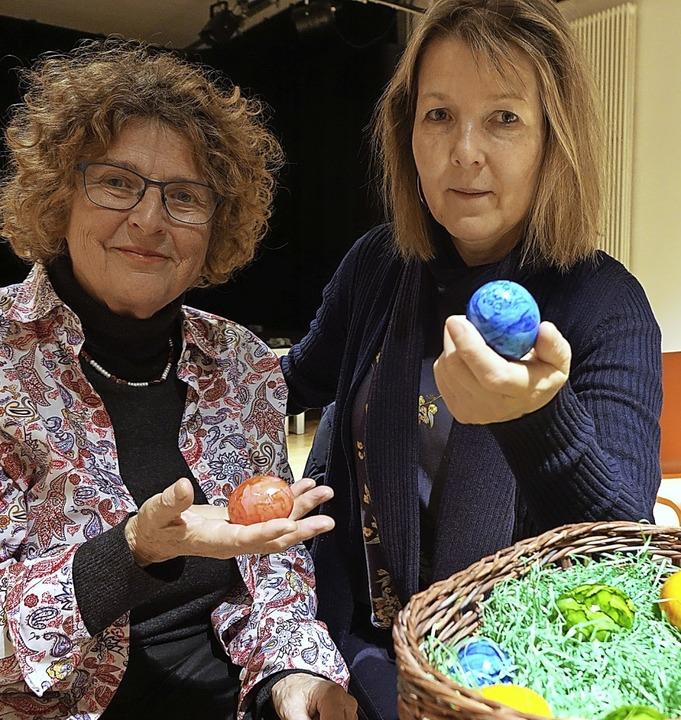 Brigitte Wittkämper (links) und Susann..., österliche Geschichten rund ums Ei.     Foto: Frey