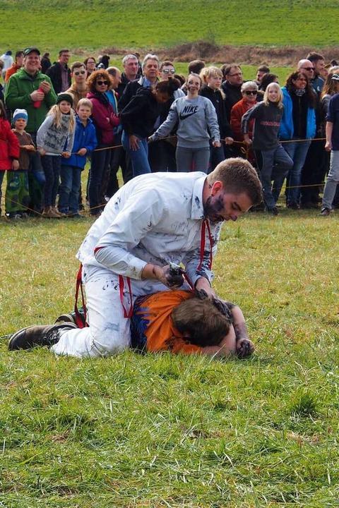 Da wird einer mit Schuhcreme behandelt.  | Foto: Boris Burkhardt