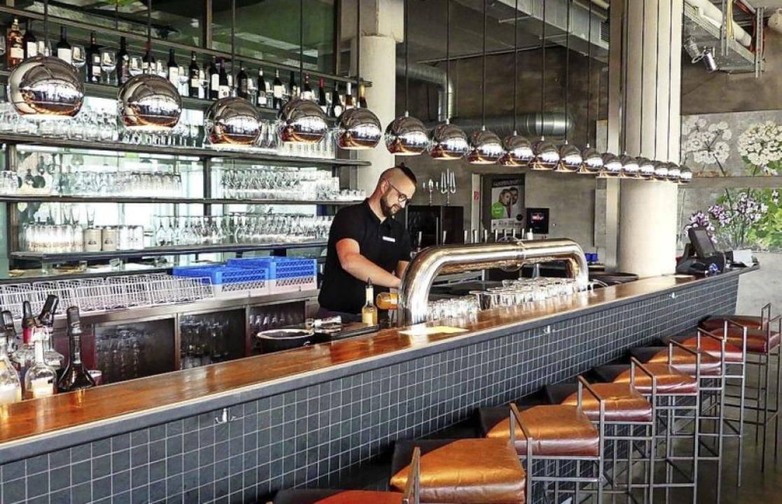 Das Restaurant Sichtwerk punktet mit d...blich längsten Theke im Dreiländereck.    Foto:  gef