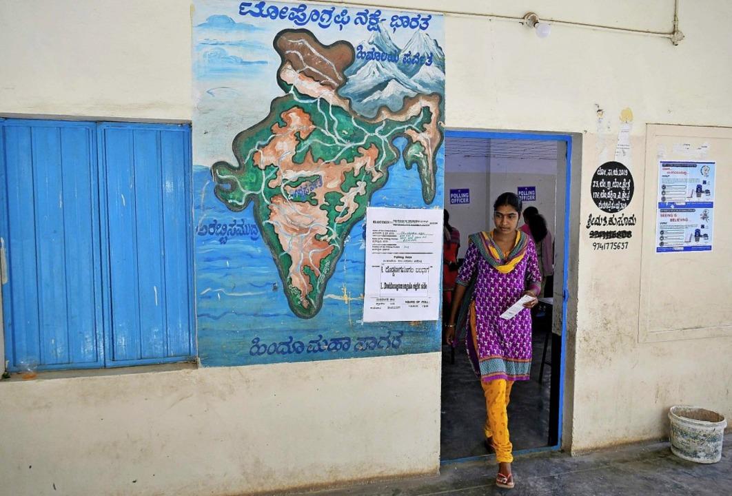Es ist eine Wahl der Superlative:  900...al in einem Außenbezirk von Bangalore.  | Foto: Fotos: Afp/privat