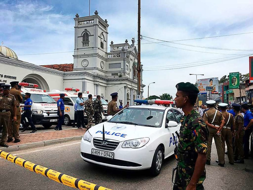 Soldaten der sri-lankischen Armee sich...hrine nach einer Explosion in Colombo.  | Foto: dpa