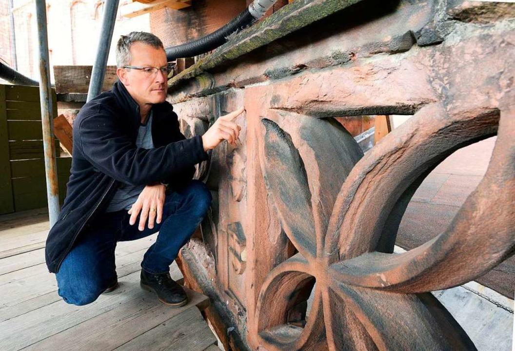 Hüttenmeister Uwe Zäh bei der Inspekti...nschäden auf dem Dach des Chorumgangs.  | Foto: Thomas Kunz