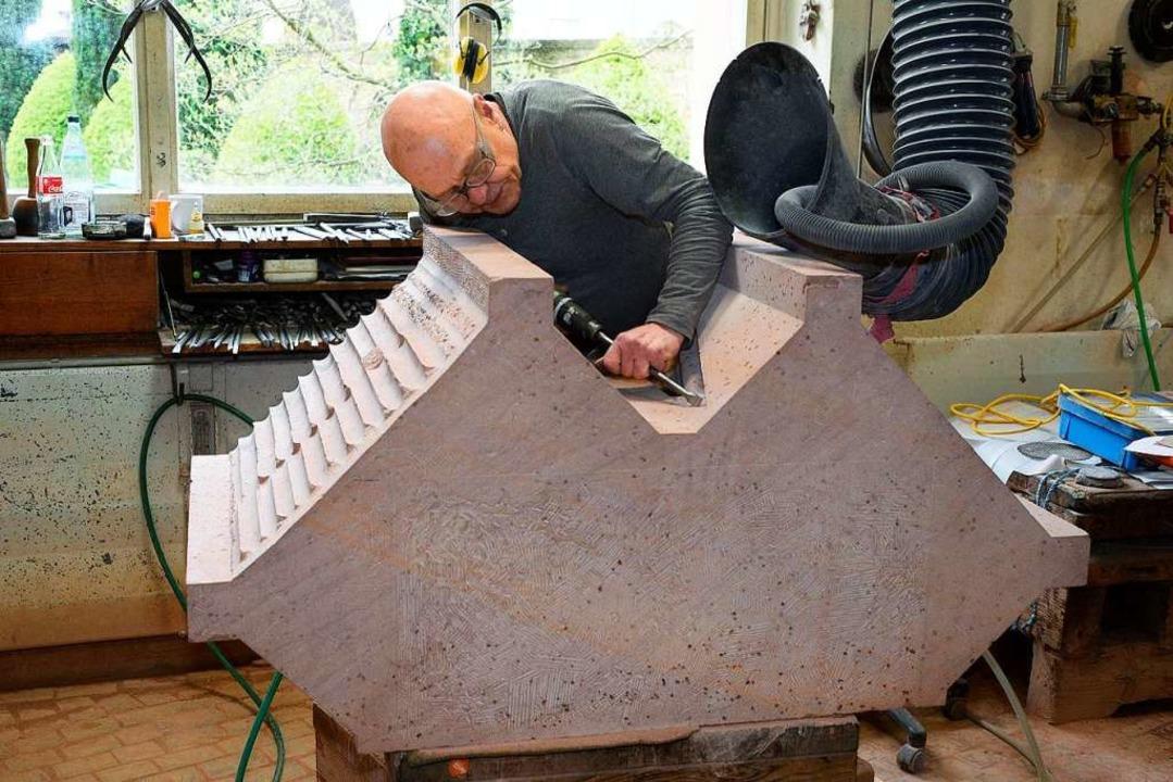 Bildhauer Andreas Steffan bearbeitet i...Teil eines neuen Pfeilers werden soll.  | Foto: Thomas Kunz
