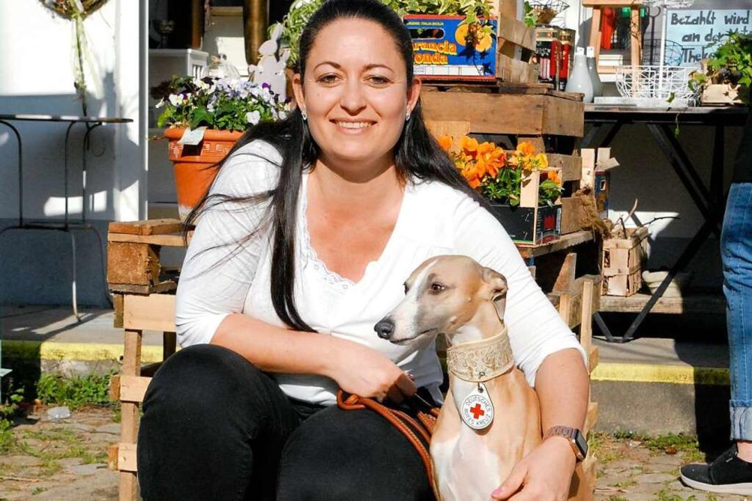 Tanja Otterstätter mit ihrem Besuchshund Kaya.  | Foto: Leony Stabla