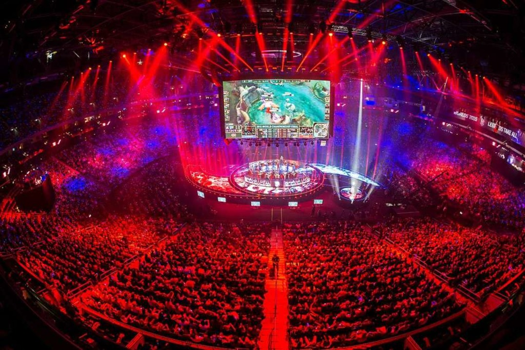 "Tausende Zuschauer betrachten das WM-Finale bei ""League of Legends"".  | Foto: Paul Zinken"
