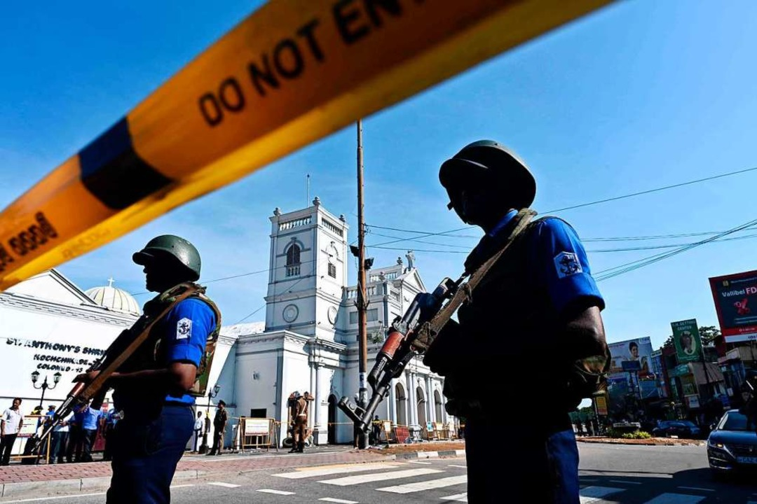 Die Polizei sichert eines der Anschlagsziele, die St. Anthony Kirche in Colombo.  | Foto: AFP