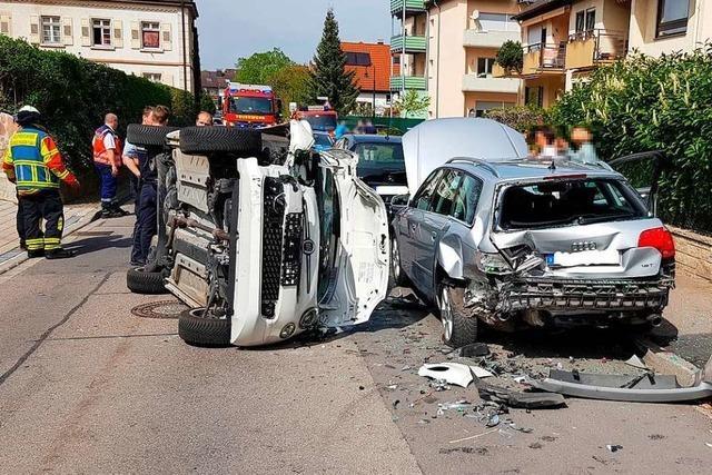 Mann fährt in Kirchstraße gegen parkendes Auto und muss ins Krankenhaus