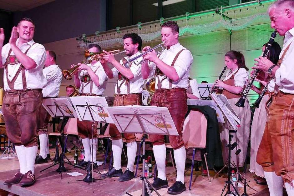 In zünftigem Outfit, musikalisch auf hohem Niveau, präsentierte sich die Blaskapelle Grünwald-Holzschlag. (Foto: Cornelia Selz)
