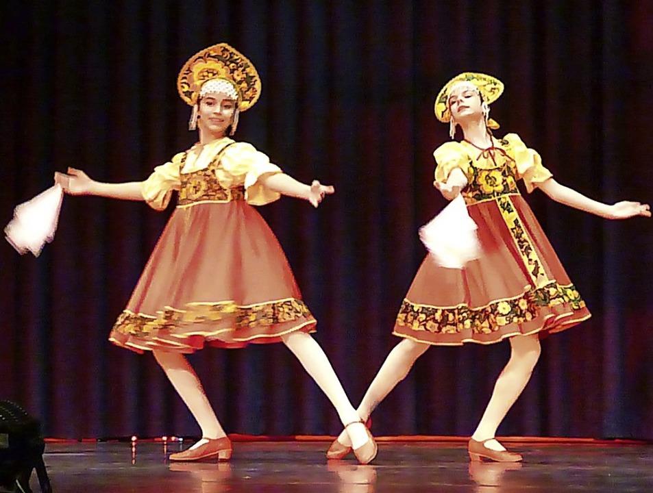 Auch russische Folklore floss in das P...mer ein, wie im Kurhaus zu sehen war.   | Foto: Anne Freyer