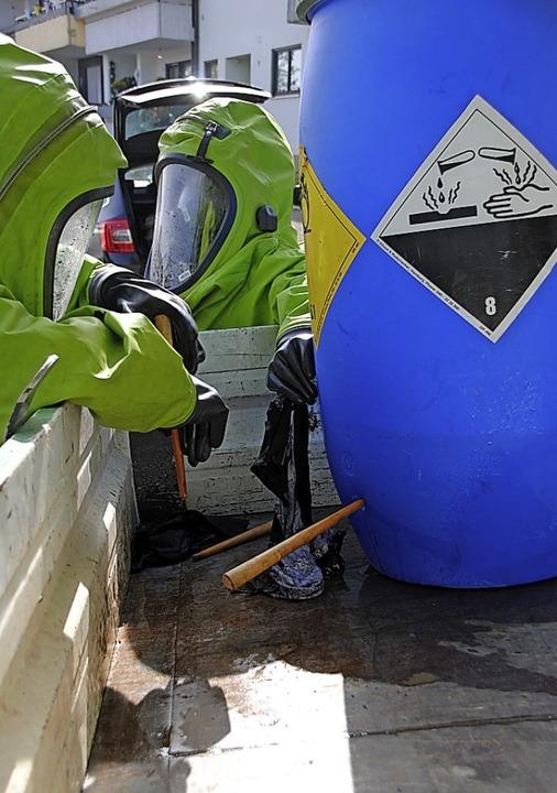 In Sicherheitsausrüstung  werden die Fässer abgedichtet.  | Foto: Norbert Sedlak