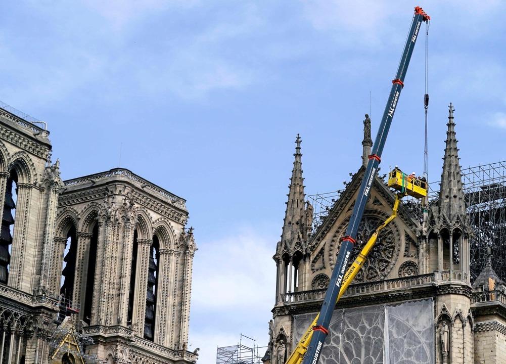 Knapp eine Woche nach dem Brand in Notre-Dame werden die Gemäuer gesichert.  | Foto: afp