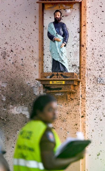 Ermittler in der St. Sebastians-Kirche in Negombo   | Foto: AFP